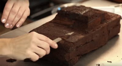 how to carve cake